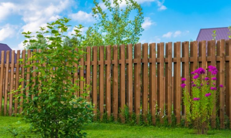 A garden fence adds more than aesthetic appeal to a home. To start with, the fence offers an increased level of security around the home. Secondly, it enhances privacy by obstructing the view of passersby as well as neighbors. Thirdly, garden border fencing creates a border between two properties. Read on to learn more about garden fencing ideas and tips. Assessing Your Fencing Needs Before you install a fence, it is advisable to assess your needs. Garden fencing requirements typically vary depending on where one lives. For example, people living in urban centers might not require a garden fence at all. On the other hand, people living in rural areas require a strong fence to keep deer, groundhogs, raccoons, rabbits, and squirrels at bay. With this in mind, fencing options for your garden include the following: Brick Garden Fence Image Credit: Meadowbrookhall.org A brick garden fence is quite effective at securing your garden. In addition, it is easy to set up requiring only mortar mixture to hold the bricks together. To make your wall more attractive, you can leave small gaps between the bricks. If you want total privacy, close the gaps completely. Bamboo Garden Fence Bamboo is easy to work with and widely accessible. At the same time, bamboo does not require a lot of maintenance and is very strong. Let your creative juices flow and set up the garden fencing to suit your home décor or personal preference. Dry Stone Garden Fence For a more natural look or decorative garden fencing, use stones. The beauty of using stone is that you can position the rocks such that they interlock without the need to use mortar. When properly laid, a stone garden fence can last for hundreds of years. Wooden Garden Fence Using wood, you can create a rustic garden fence with a high aesthetic value. The only downside is that small animals such as groundhogs and small dogs can easily fit between spaces in your wooden fence. One way of ensuring this does not happen is by installing chicken 